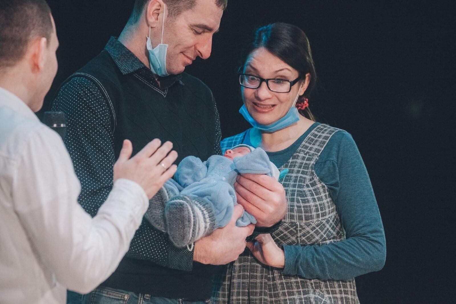 Валентин с женой после реабилитации и рождения сына